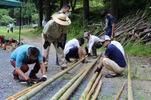 竹の間伐後、流しソーメン用のレールと器を作ります。