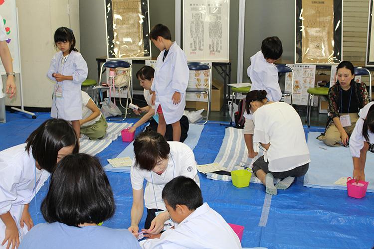 東京医療専門学校「家族みんなでツボ探し!」